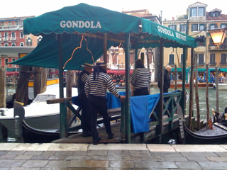 Gondoliers, waiting for passengers